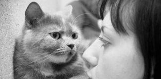Frau spricht mit Katze